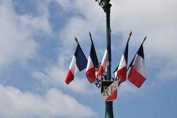 Drapeaux français fixés en haut d'un mât.