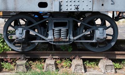 Räder eines alten Eisenbahnwaggons auf einem Abstellgleis