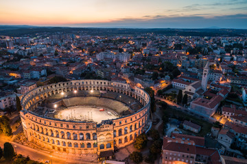 Photo sur Toile Con. ancienne Aerial photo of Roman Colosseum in Pula, Croatia at night