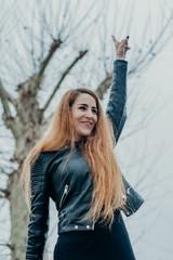 Mujer mano en el aire