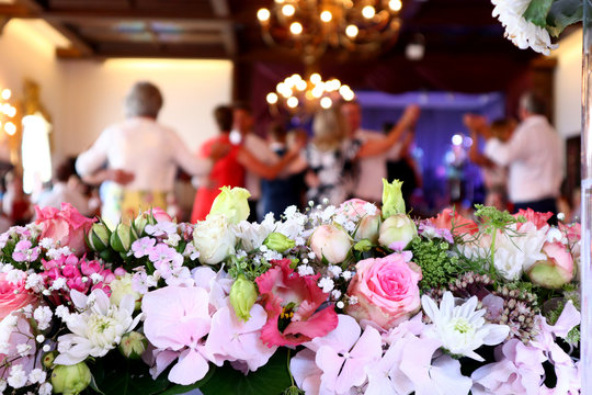 Blumendekoration vor tanzenden Leute
