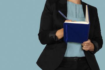 donna che scrive su un'agenda