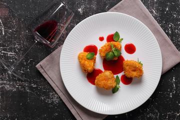 камамбер в кляре с клубничным соусом,мятой и красным вином