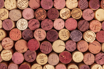 Poster Vin Wine corks background, overhead photo of red and white wine corks