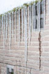 Eiszapfen an der Regenrinne eines Hauses