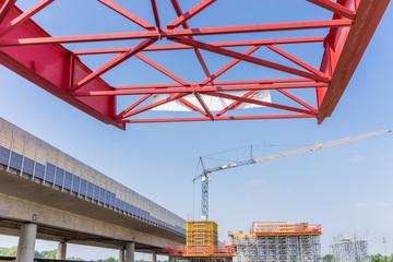 Alte, marode Autobahnbrücke wird durch Neubau einer neuen Brücke aus Stahlbeton ersetzt