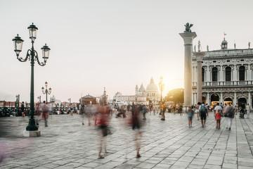Menschen in Bewegung auf dem Markusplatz in Venedig Italien