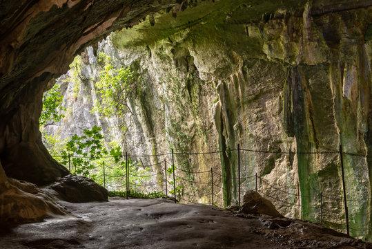 Interior de la impresionante Cueva de Zugarramurdi, España