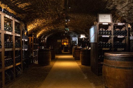 Une salle de dégustation des caves Patriarche de Beaune, en Côte-d'or, les plus grandes caves de Bourgogne