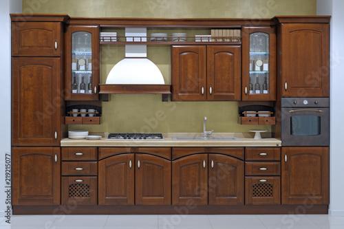 Cucina tradizionale classica con ante in legno massello\