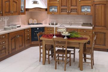 Cucina con tavolo e sedie centrali