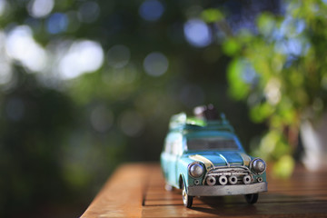 ミニチュアの車と緑ぼかし背景