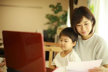パソコンを使う親子