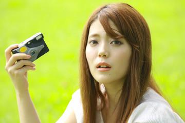 レンズ付きフィルムを使う女性