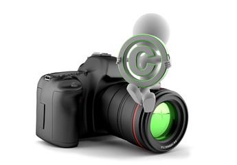 Fotograf sitzt auf Kamera und hält Copyright-Symbol in den Händen