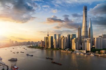 Die moderne Metropole Shanghai mit den zahlreichen Wolkenkratzern am Huangpu Fluss in China