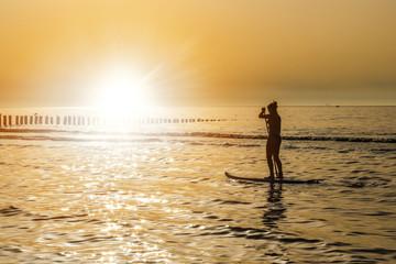 belle jeune fille en paddle le soir