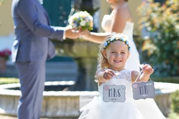 glückliche Familie bei der Hochzeit