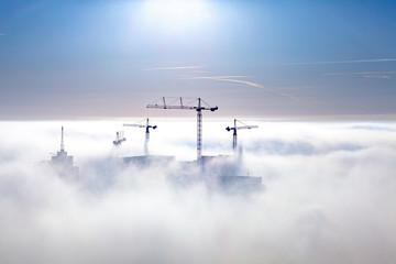 Kräne über den Wolken