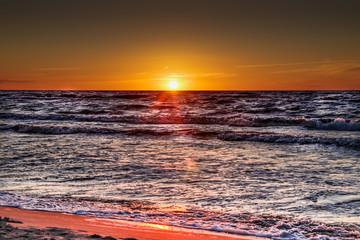 czerwony zachód słońca nad morzem