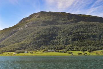 Blick auf Küste und Berge vom Wasser aus; Norwegen