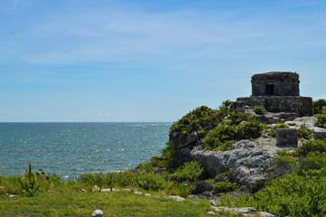 Mayastätte Tulum in Mexiko 3; Aussicht mit Ruine und Meer