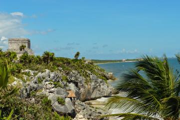 Mayastätte Tulum in Mexiko 2; Aussicht mit Ruine und Meer