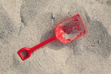 Rote Schippe im Sand