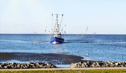 Krabbenkutter auf der Heimfahrt  in den Kutterhafen von Dorum an der Wurster Nordseeküste, Norddeutschland