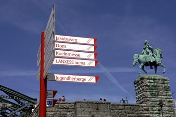 Wegweiser am Rheinboulevard