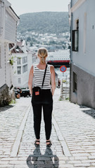 Mujer de espaldas en las calles de Bergen
