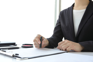 契約書に押印するビジネスウーマン
