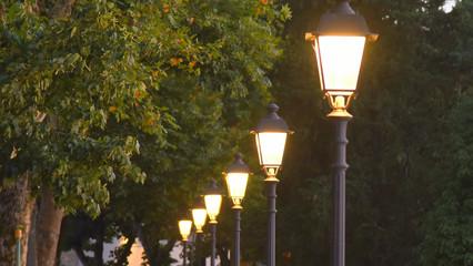 Reihe mit in der Dunkelheit leuchtenden schmiedeeisernen Laternen