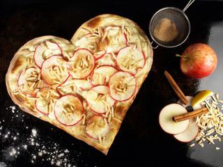 Flammkuchen Herz mit Apfel und Zutaten