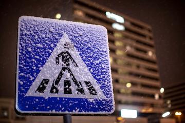 Verschneiter Fußgängerübergang
