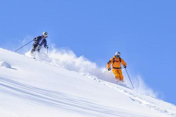 Wall Mural - zwei Skifahrer genießen den traumhaften Tiefschnee-Hang