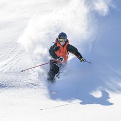 Telemarker genießt den frischen Pulverschnee