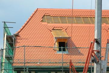 Mit Biberschwanz-Ziegeln neu einzudeckendes denkmalgeschütztes Fachwerkgebäude