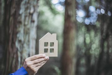 住宅模型と緑のぼかし背景