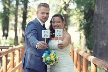 lachendes Hochzeitspaar im Park