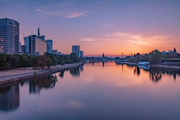 Sonnenaufgang in Frankfurt am Main mit leichter Bewölkung und pastellfarbenen Schimmer