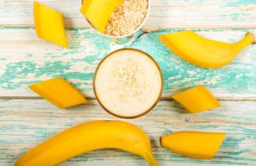 смузи молочный из банана и овсянки стоит на столе