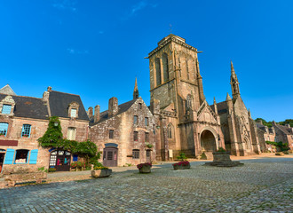 Vista de la Plaza Mayor con la Iglesia Gótico Flamígera de San Román y el Pozo de Agua en el Pueblo Medieval de Locronan, Finisterre, Región de Bretaña, Francia