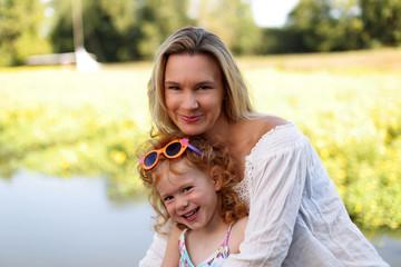 Glückliche Mutter mit Tochter im Arm