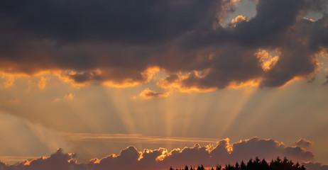 Stimmungsvoller Wolkenhimmel in der Abenddämmerung