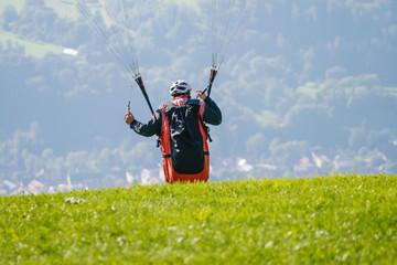 Startender Gleitschirmflieger im Hotzenwald