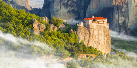 Photo sur Toile Con. ancienne Mountain scenery with Meteora rocks and Monastery, landscape place of monasteries on the rock.