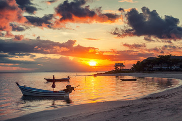Fototapete - Beautiful bright sunset on the shore of a tropical beach, colorful sky, Thailand