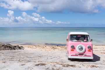 沖縄の海とピンクの車