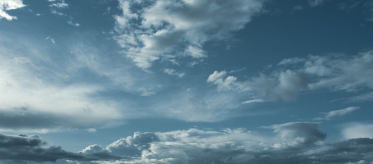 schönes Wolkengebilde am frühen Abend